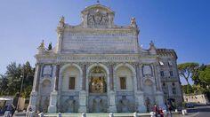 """Fontanone dell'Acqua Paola-Diesen barocken Brunnen sollte man sich nicht entgehen lassen. Er ist bei weitem nicht so touristenüberlaufen wie der Trevi-Brunnen und liegt auf dem Hügel Gianicolo, von wo aus Besucher eine hervorragende Sicht über ganz Rom haben. Hier wurde auch die erste Szene aus dem Oscar-prämierten Film """"La Grande Bellezza"""" gedreht."""