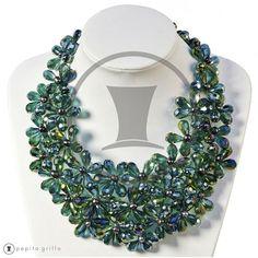 150f2e959ef8 Colección Patricia G. Collar con flores de cristal rojo con pequeñas perlas  grises en el