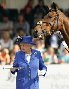 Queen Elizabeth II presents the prizes for the Services Team Jumping... News Photo 491850069
