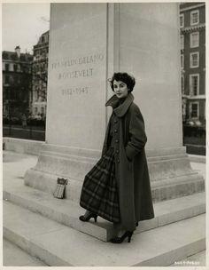 Elizabeth Taylor in Trafalgar Square, London. Photos by Chris Ware, 1948. .....Uploaded By www.1stand2ndtimearound.etsy.com