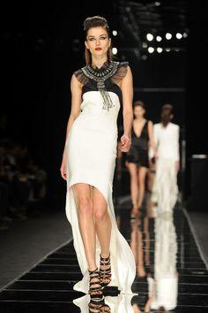 """El Rock&Roll más sofisticado invadió la pasarela de la Milán Fashion Week cuando John Richmond presentó su colección para el próximo otoño-invierno. Blanco y negro, flecos, cortes asimétricos, cuero, destellos metalizados. escotes en """"V"""", transparencias, minivestidos,"""