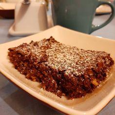 PASTEL DE CHOCOLATE PARA EL DESAYUNO 😜 (sin trigo, sin huevo, sin lactosa) Este pastel es suuuper fácil de hacer, es nutritivo y rápido! . INGREDIENTES: - 3 tazas de avena - 2 cditas. de polvos de hornear - 3 cdas. de cacao amargo - 1/2 taza de azúcar - 50 gotas de estevia - 1 cda. de chía remojada en 4 cdas. de agua tibia - 1/4 taza aceite - 2 cdas. de escencia de vainilla - 1 taza de agua o leche de la que usen (yo uso sin lactosa) - opcionalmente pueden agregar plátano picado, frutos… Cacao, Tiramisu, Ethnic Recipes, Food, Chocolate Cobbler, Baking, Vanilla, Egg, Milk