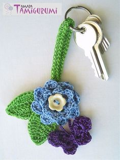 Tamigurumi: Nylon sleutelhanger. Free keychain flower crochet pattern in English and Dutch.