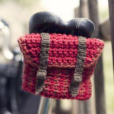 — Patrón Bolsa Jacquard para Bicicleta/ Crochet little bag for the bicycle Crochet Home, Love Crochet, Bead Crochet, Crochet Yarn, Crochet Velo, Bike Bag, Crochet Purses, Knitted Bags, Crochet Accessories