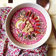 Red fruit smoothie bowl and lots of toppings - granola, goji berries, pumpkin seeds, chia seeds, sesame...  • Smoothie bowl fruits rouges et plein de toppings: granola, baies de goji, graines de courge, sésame, graines de chia...