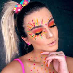 Do you know the make trend of the moment? The neon makeup! We separate photos for you to inspire and tutorials to learn how to do at home. Rave Makeup, Goth Makeup, Makeup Art, Cool Makeup Looks, Creative Makeup Looks, Coachella Make-up, Sombra Neon, How To Do Makeup, Natural Eye Makeup