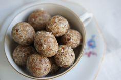Deze snoepjes op basis van natuurlijke ingrediënten zijn heerlijk! En ook nog eens gemakkelijk te maken. Ingrediënten (voor ongeveer 16-20 stuks): – 125 gram dadels – 100 gram amandelen…