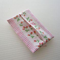 「布1枚で、裏付きミニティッシュケース」園や学校で落とし物が非常に多いのがティッシュ。ビニールのケースだとポケットから滑って飛び出してしまいやすいようです。布のケースを作って入れてあげたいですね。 布1枚でできて裏がつき、縫い代始末が要らないミニティッシュケースをご紹介。[材料]布地(薄手のもの)/ミシン糸
