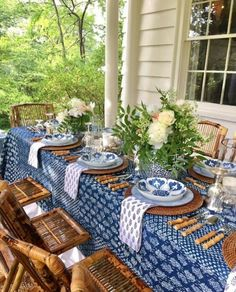 Table setting- blue white Interior Design Companies, Tablescapes, Coastal Homes, Decorating Tips, Wicker, Bamboo, Table Settings, Diy Home Decor, Reunions
