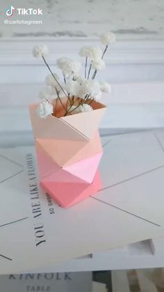 Cool Paper Crafts, Paper Flowers Craft, Paper Crafts Origami, Diy Paper, Paper Crafting, Paper Flower Vase, Newspaper Crafts, Origami Flowers, Origami Gifts