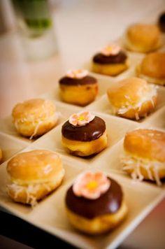 ¡ANDA LOS DONUTS!  Me he dado cuenta de que hay verdaderos fans de los donuts, yo misma me considero uno de ellos, por lo que pienso que sería una buena idea incorporarlos en tu propia boda, ¿por qué no a la hora de la recena?. Más en http://www.unabodaoriginal.es/blog/donde-como-y-cuando/catering/anda-los-donuts