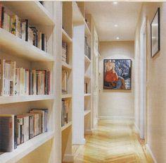 Estante para livros no corredor