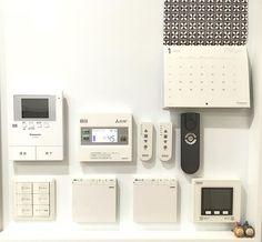 * * リモコンニッチ⚐ 上段右側の縦長のものは 電動ハニカムのリモコン2つと ルンバちゃんのリモコンです◡̈♥︎ 裏にマグネットを付けて貼り付けてます⚐ 使いやすいし気持ちいいです\\(◡̈)/♥︎ * #新築 #新居 #戸建て #一条工務店 #アイスマート #リモコンニッチ #リモコン