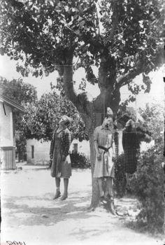 gestapo infazı-yunanistan -, Sophia (ortada kızı, yaşlı 38) (sağda, anne, yaşlı 60) Lucia Ano Lechonia, Magnesia, Yunanistan, 9 Temmuz 1944 Gestapo ve Yunan işbirlikçileri (grup EASAD) 3 kadını öldürdü aile Topali ve (solda kendi kahya, 40 yaşında,) Philitsa Kalavrou. Kostas ZImeris tarafından S / B fotoğraf.