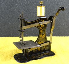 MINIATURE-MULLER-MODEL-1B-ANTIQUE-TOY-HAND-CRANK-SEWING-MACHINE-FIDDLE-BASE