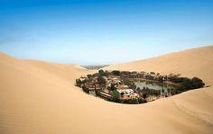 Oasis de Huacachina (PERU)  Existe un oasis en un mar de arena, pero ésta vez, lejos del Sahara. El oasis de Huacachina es el único en todo el continente americano, y se encuentra a cinco kilómetros al oeste de la ciudad de Ica en Perú.