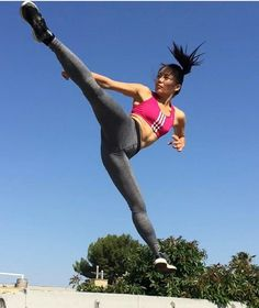 21 Badass High Kicking Martial Arts Girls That Would Probs Beat Chuck Norris Up Action Pose Reference, Human Poses Reference, Pose Reference Photo, Action Poses, Hand Reference, Anatomy Reference, Taekwondo, Karate, Female Martial Artists
