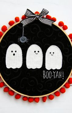 Halloween decorations don't get cuter than this. Loving this Halloween Hoop Art by Want to make your own? Stop by and check out the step-by-step tutorial. Halloween Kostüm, Halloween Projects, Holidays Halloween, Halloween Entryway, Halloween Pillows, Halloween Quilts, Fun Projects, Embroidery Hoop Crafts, Halloween Embroidery