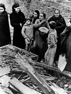 Madrid, Spain. Después de un bombardeo italo-aleman. Robert Capa. 1936-1937.