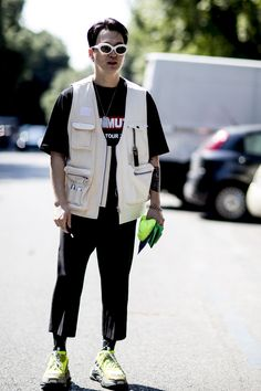 The best street style from Milan Men's Fashion Week Milan Men's Fashion Week, Mens Fashion Week, Cool Street Fashion, Moda Streetwear, Streetwear Fashion, Vest Outfits, Mode Outfits, Sweat Shirt, Utility Vest
