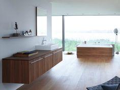 meuble salle de bains suspendu en bois et baignoire assortie