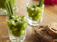 Grüne Gazpacho ist ein Rezept mit frischen Zutaten aus der Kategorie Gemüse. Probieren Sie dieses und weitere Rezepte von EAT SMARTER!