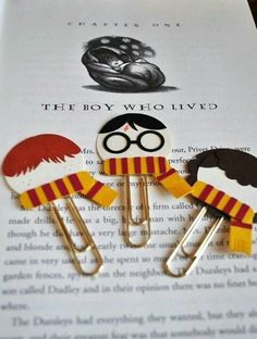 Harry Potter, Ron Weasley, Hermione Granger Punch Art Paperclip Bookmarks van M .Harry Potter, Ron Weasley, Hermione Granger Punch Artwork Paperclip Bookmarks Particular person or a Group of three (Diy Items Harry Potter) Find images and videos about book Harry Potter Ron Weasley, Harry Potter Diy, Harry Potter Thema, Theme Harry Potter, Hermione, Harry Potter Bookmark, Harry Potter Products, Harry Potter Things, Harry Potter Presents