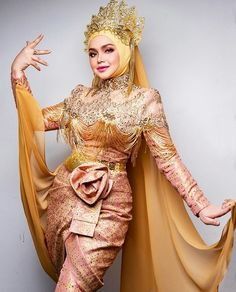 Dato Sri Siti Nurhaliza wearing a custom royal gold puteri perak inspired piece make up by photograph… Traditional Wedding Attire, Traditional Fashion, Traditional Outfits, Malay Wedding Dress, Wedding Dresses, Siti Nurhaliza, Traditional Dresses Designs, Evening Dresses, Formal Dresses
