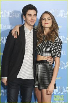 cara delevingne bares midriff at paper towns photo call 03