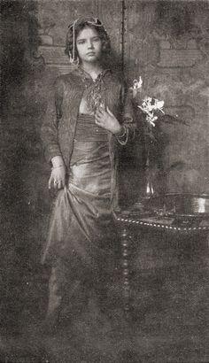 Girl, lifting her skirt   - c.1909 -  Photographer: Frank Eugene Smith, Munich - Germany