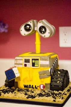 #WALL-E #Cake Looking amazing! We totally love and had to share! Great #CakeDecorating