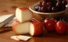 #HablemosdeQuesos  Queso Mahón  Queso originario de la isla de Menorca, que en la actualidad se prepara en las otras Baleares. Es elaborado con leche de vaca, aunque algunas veces se le adiciona leche de oveja. https://www.facebook.com/546071238746858/photos/a.551037334916915.1073741830.546071238746858/719871871366793/?type=1&theater