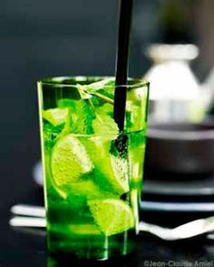 Mojito sans alcool pour 4 personnes - Recettes Elle à Table - Expolore the best and the special ideas about Cocktails Easy Alcoholic Drinks, Fun Drinks, Smoothies, Smoothie Recipes, Virgin Mojito, Vegetable Drinks, Healthy Eating Tips, Summer Drinks, Mixed Drinks