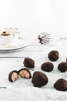 tartufini al gelato di fragole e cioccolato - ricetta con gelato - ice cream strawberry chocolate truffles
