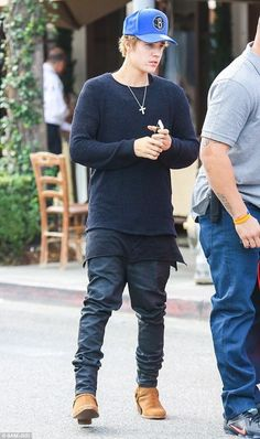Justin Bieber's Lawyers Say You Shouldn't Stand In Front of His Car Or You Could Get Hit!: Photo Justin Bieber grabs some lunch at Il Pastaio on Sunday afternoon (January with a group of his friends in Beverly Hills, Calif. Justin Bieber Gif, Justin Bieber Outfits, All About Justin Bieber, Justin Bieber Style, Fashion Mode, Mens Fashion, Memes, Videos, Street Wear