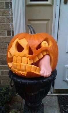 Love a Halloween pumpkin but short of ideas? Here are 24 cute and scary pumpkin carving ideas to try this Halloween. Holidays Halloween, Spooky Halloween, Halloween Crafts, Halloween Party, Bricolage Halloween, Halloween Quotes, Halloween 2019, Halloween Makeup, Happy Halloween