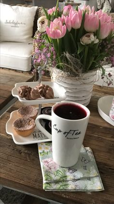 Cup of tea and flowers Saturday Coffee, Good Morning Coffee, Coffee Break, Sweet Coffee, Hot Coffee, Café Chocolate, Tea And Books, Breakfast Tea, Think Food