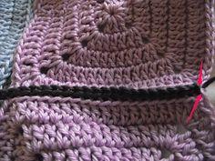 Crochet et tricot facile avec explications: Sac crochet 22 carrés Filet Crochet, Crochet Granny, Crochet Purse Patterns, Crochet Purses, Sac Granny Square, Vader Star Wars, Merino Wool Blanket, Creations, Crochet Pouch