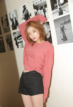 Oversized sweats are the best and color is just perfect. It's all about comfort and sleeves that cover your hands Korea Fashion, Asian Fashion, Girl Fashion, Womens Fashion, Mode Ulzzang, Ulzzang Girl, Fashion Poses, Fashion Outfits, Fashion Trends