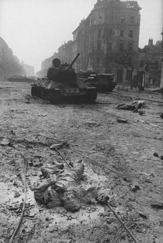 Hungarian revolution 1956 : a destroyed soviet tank with the body of a crew member. Prague, World Conflicts, Soviet Army, Armada, History Photos, Berlin, Budapest Hungary, Panzer, Historical Pictures