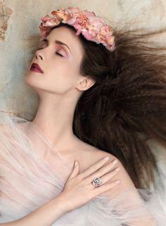 Anello Damiani. Fiori Tearose, Ph. Antonio Redaelli - Stylist Elisa Nascimbene. Vogue Sposa n. 121 Giugno 2012