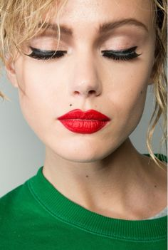 Speaking of these, check out our intriguing makeup ideas with red lipstick now