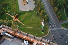Veeery cautious balancing act for the camera at a Moscow apartment building.
