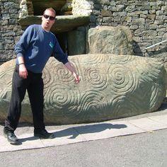 Guy pointing at markings on ancient ruinstone at Newgrange. .  .  #ancient #instalike #instafollow #irish #old #instameath #historical #visitireland #irishhistory #igerseurope #druids #solstice #mound #irish #countymeath #concentriccircles #irishlandmarks #igersmeath #famoussites #irishlegends #tomb #ireland #instairish #allthingsirish #ruinstones #newgrange #meath #irishnostalgia #megalithic Insta Me, Irish Art, Ireland, Nostalgia, Faces, Culture, Guys, Music, Instagram
