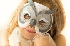 Create your own, easy to sew owl mask with just a few pieces of felt and some hat elastic. Youre friends wont believe you made it yourself! Owl Mask, Lion Mask, Halloween Masks, Halloween Diy, Hedwig Owl, Dress Up Day, Animal Masks, Mask Party, Snowy Owl
