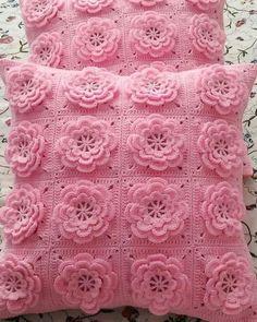 How to Crochet an Easy Chain Loop Flower Granny Square Crochet Pattern, Crochet Stitches Patterns, Crochet Squares, Crochet Motif, Crochet Designs, Knitting Patterns, Crochet Trim, Crochet Bedspread, Crochet Cushions