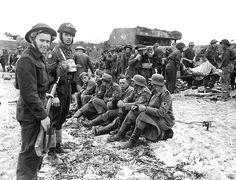 France, Normandie, Juno Beach, POWs allemands rassemblés sur la plage, D-Day Humour Canada, Canada Funny, Canada Jokes, Canada Eh, Canadian Soldiers, Canadian Army, Canadian History, Canadian Facts, Canadian Memes