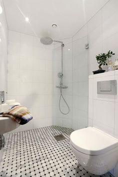 litet+modernt+badrum+carraragolv+glasvägg.jpg (627×940)
