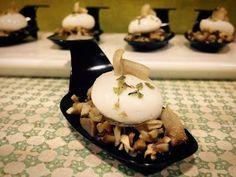 CHAMPIÑONES CON ESFERIFICACIONES DE QUESO DE CABRA... Pudding, Desserts, Food, Stuffed Mushroom Recipes, Meals, Serrano Ham, Goat Cheese, Goats, Tailgate Desserts