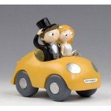 Novios recién casados en coche